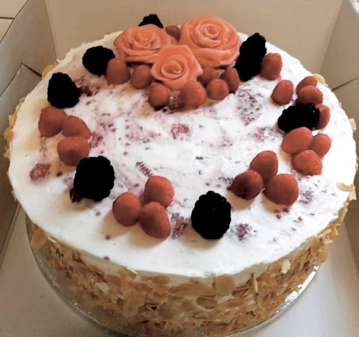 Geburtstagstorte mit Beeren; glutenfreier Kuchen